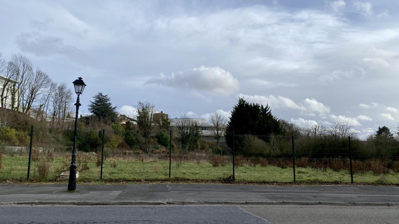 La friche située en face du Jardin public va bientôt être chantier.