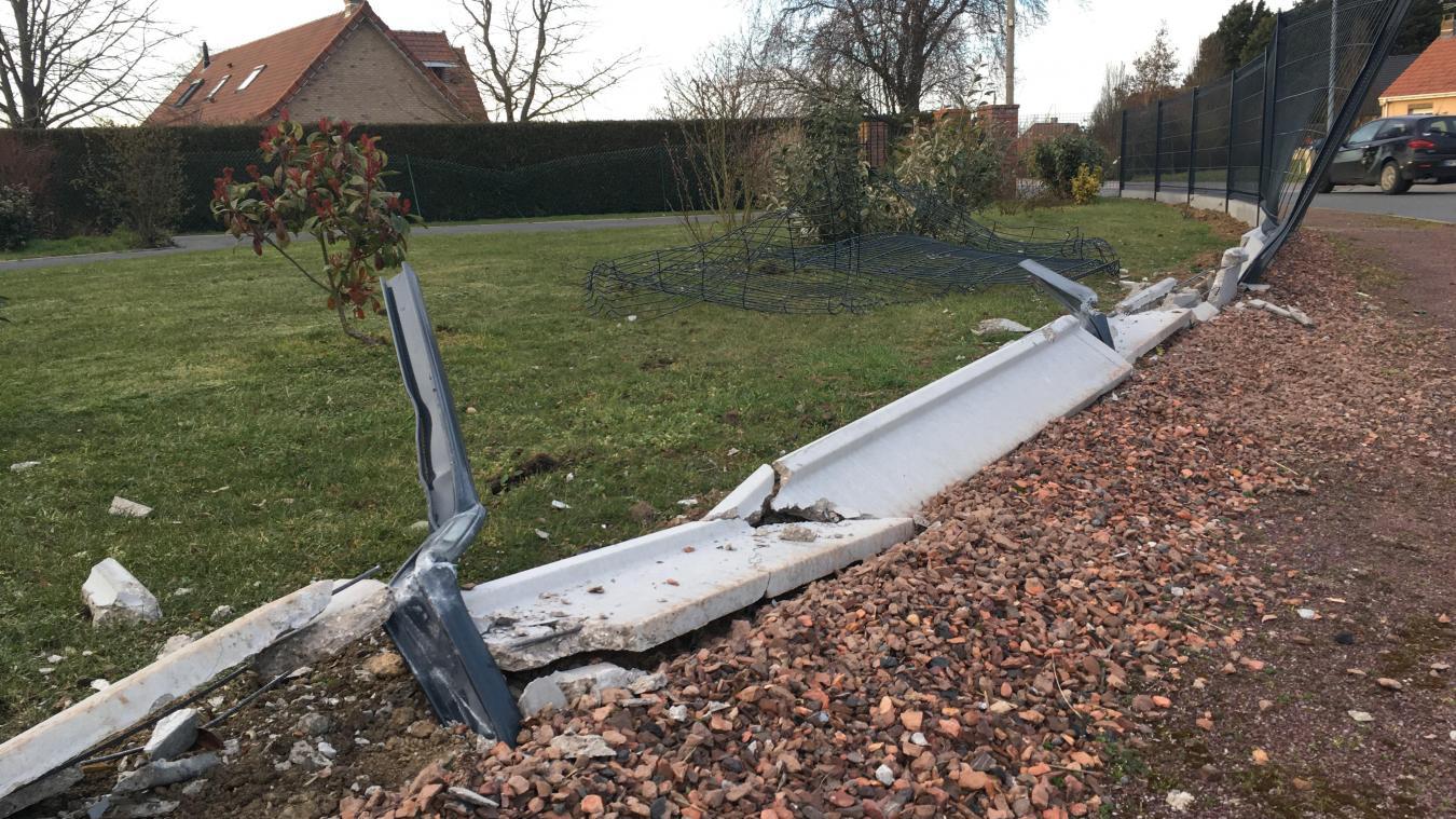 La clôture a complètement cédé sous le choc avec l'auto.