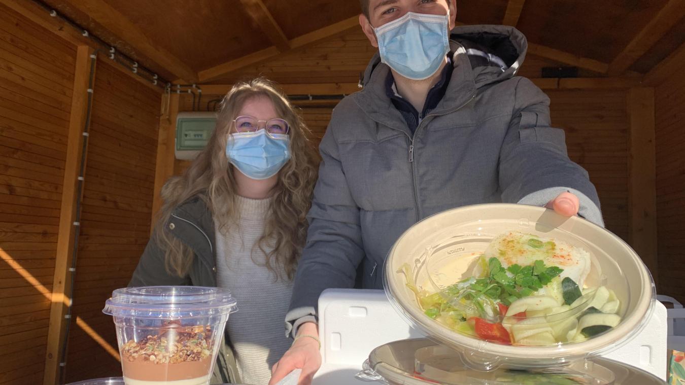 Coline, serveuse au Back Spin et Carol, le pâtissier, ont fait un tabac ce samedi avec leur Waterzoï.
