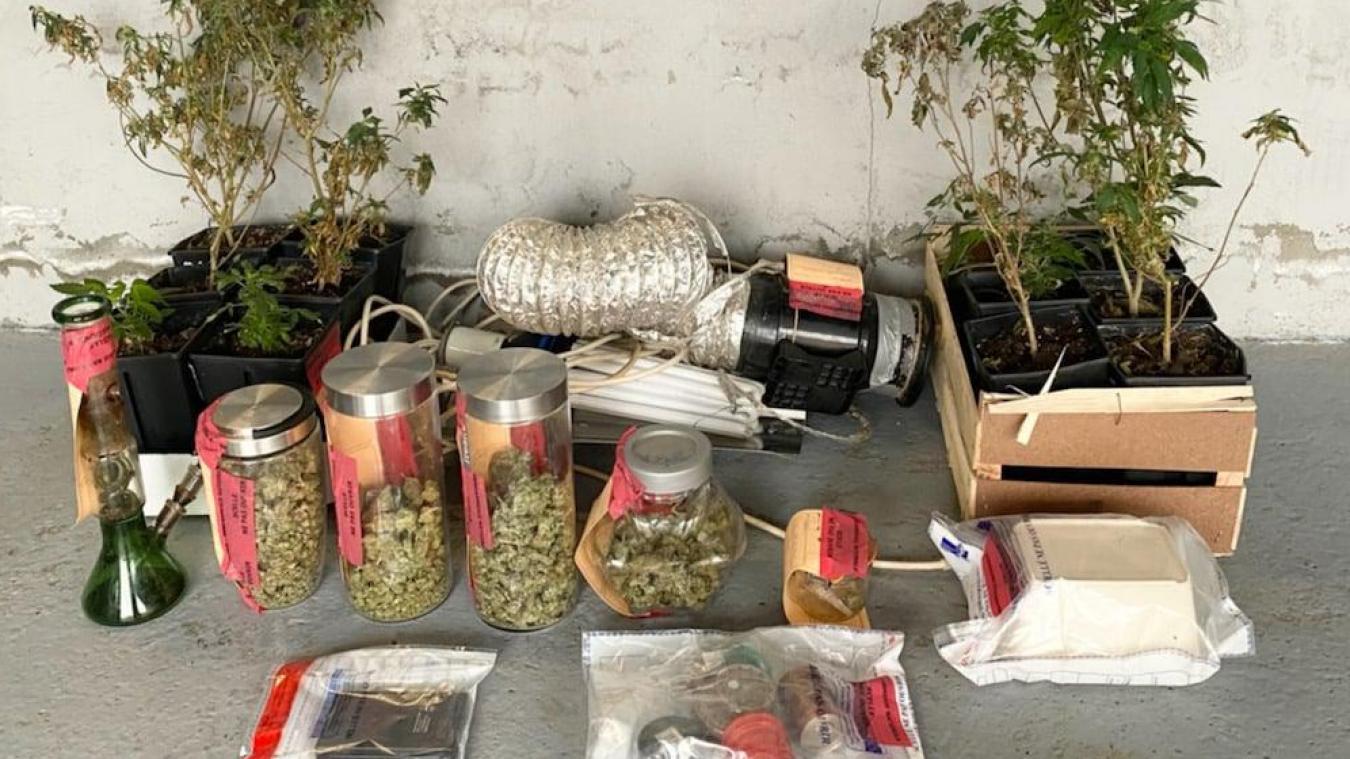 Lors de la perquisition chez les deux mises en cause, les gendarmes ont découvert une installation dédiée à 14 plants de cannabis, 400 grammes d'herbe de cannabis, du matériel de conditionnement. (photo gendarmerie Dunkerque-Hoymille)