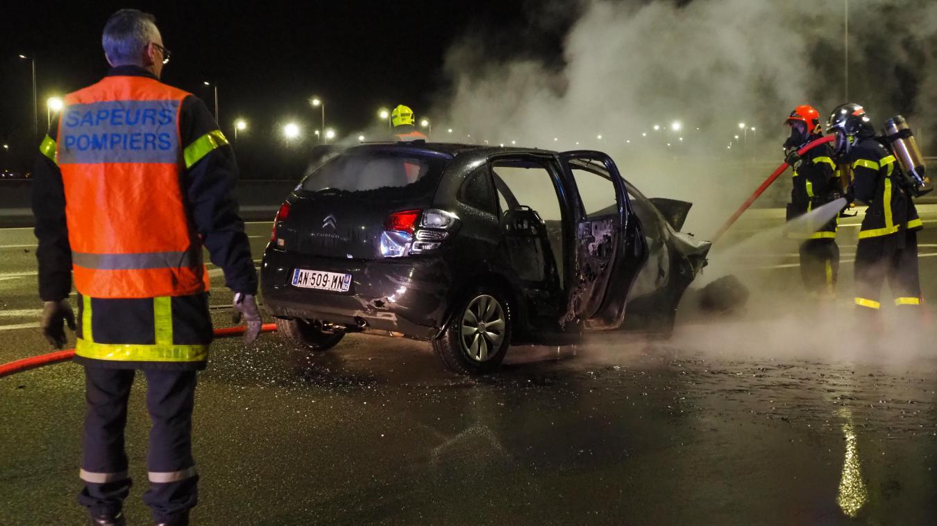 Deux personnes se trouvaient dans la voiture quand elle a pris feu sur l'autoroute.
