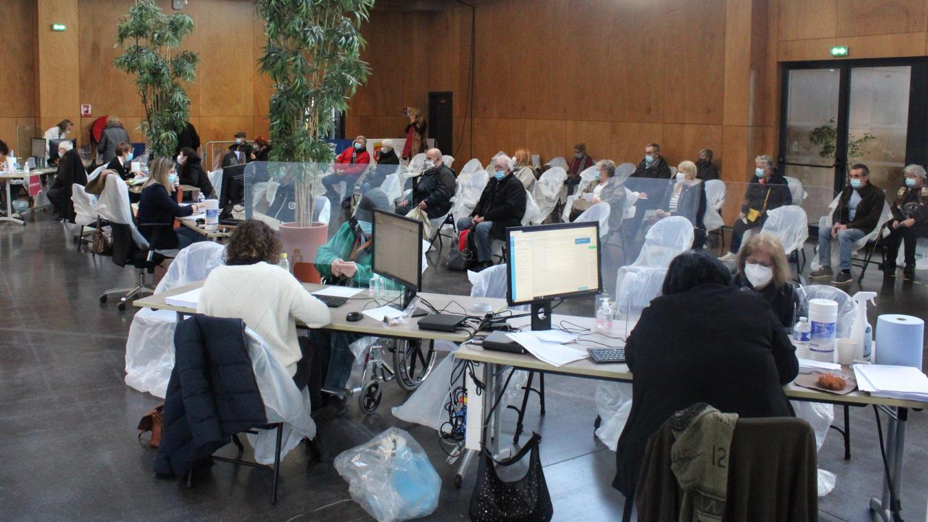 Les patients s'enchaînent au Forum Gambetta pour se faire vacciner.