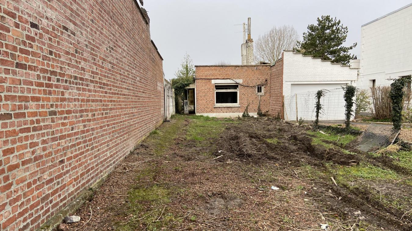 La petite maison en brique va être détruite pour laisser place à une coulée verte pour piétons et vélos.