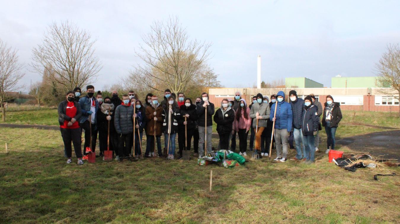 25 lycéens, aidés de deux membres de l'association Racine Carrée, ont planté des arbres derrière le lycée du Détroit.