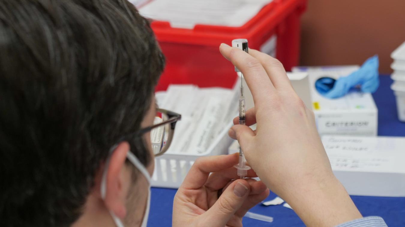 Le chef de l'État a dit «espérer reprendre vite» la vaccination avec AstraZeneca.