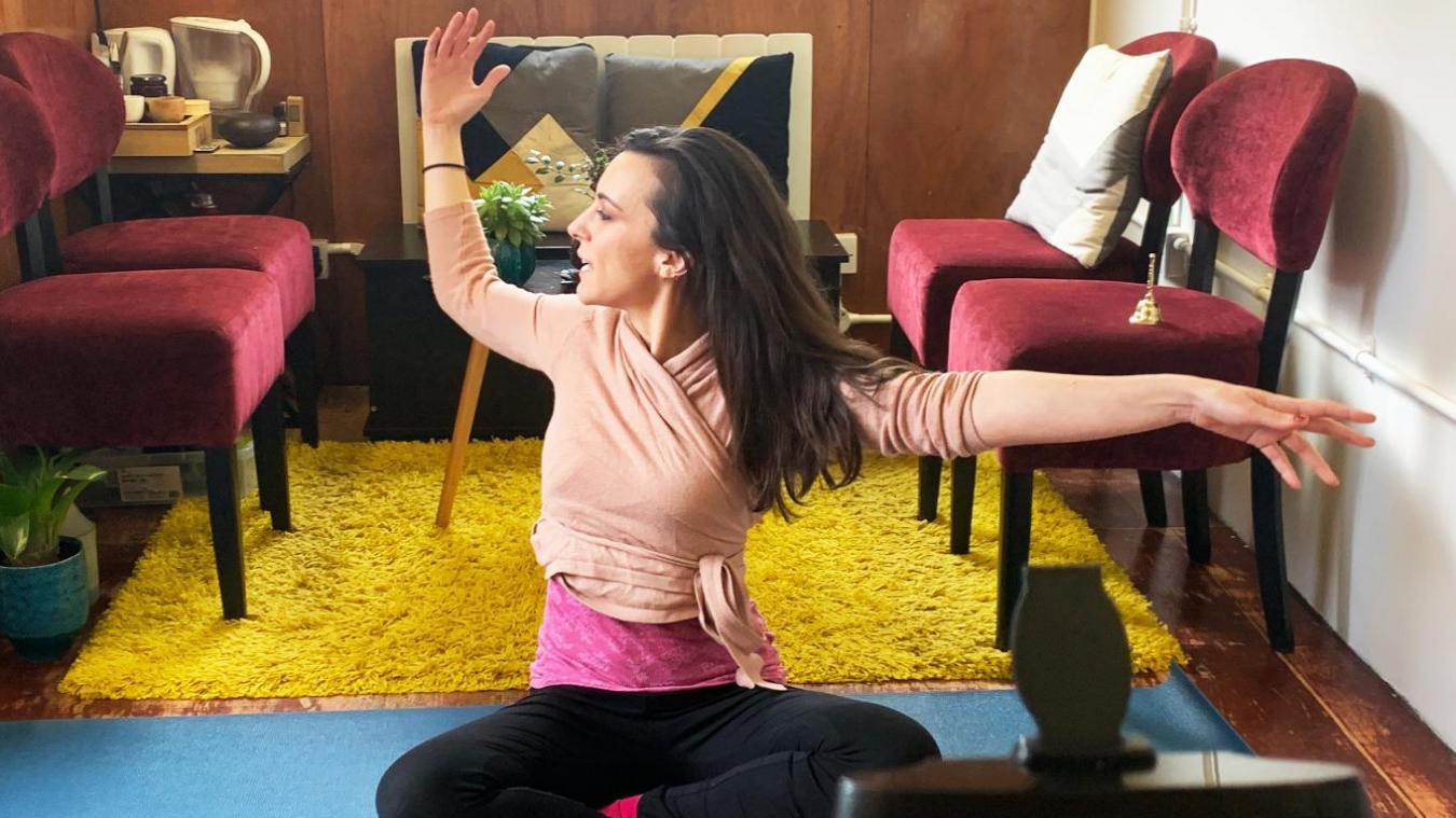 Candice offre 30 minutes d'air frais pour le corps et l'esprit directement de chez elle, à Londres. Les inscriptions sont possibles 10 minutes avant chaque cours, sur la site d'Act'in ou sur la plateforme Meetup.