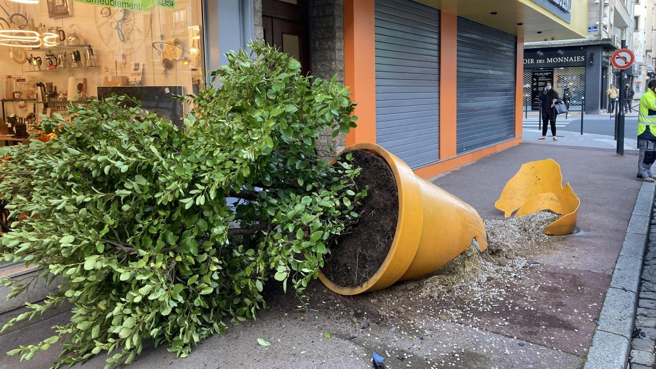 Les policiers de Boulogne-sur-Mer ont accompagné les services techniques de la ville pour débarrasser les dégâts.