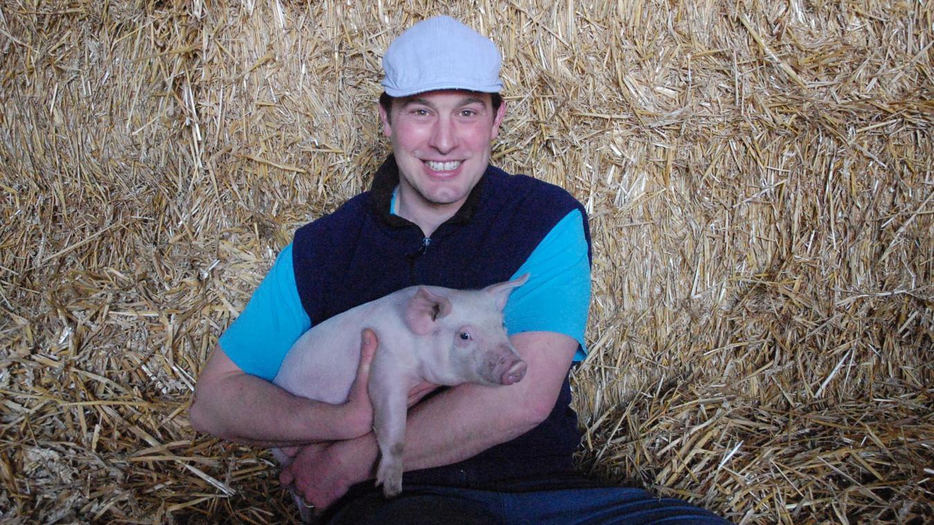 Mickaël Lecras et son boucher découpent la viande et préparent la charcuterie qui est vendue directement à la ferme.