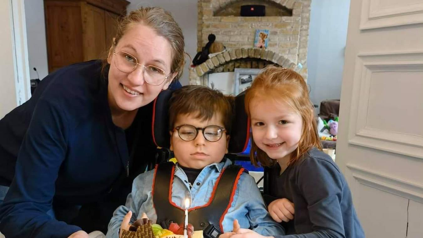 Gabin, aux côtés de sa maman et de sa sœur Théa, au moment de souffler sa quatrième bougie.