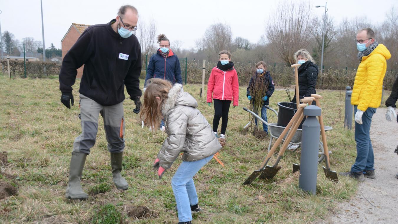 Enfants et adultes ont participé à la plantation de haies arbustives fruitières.