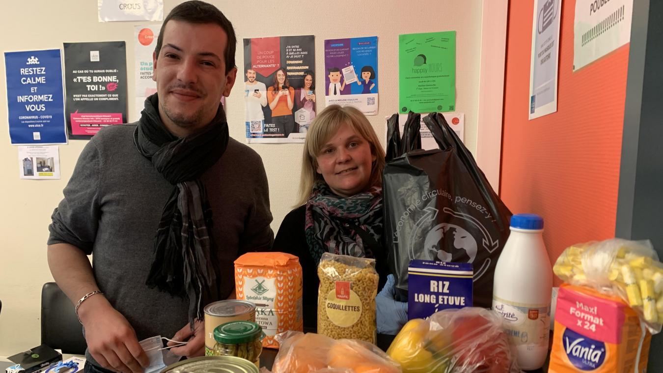 Bryan Bachelet et Céline Merlier ont accueilli les jeunes pour leur remettre des colis de nourriture.
