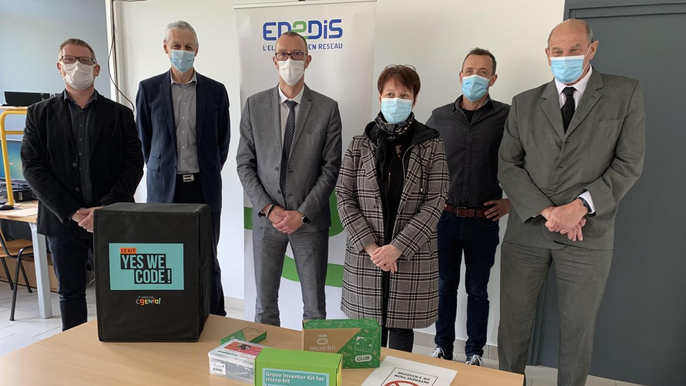 Enedis a remis un kit numérique aux responsables du collège Langevin.
