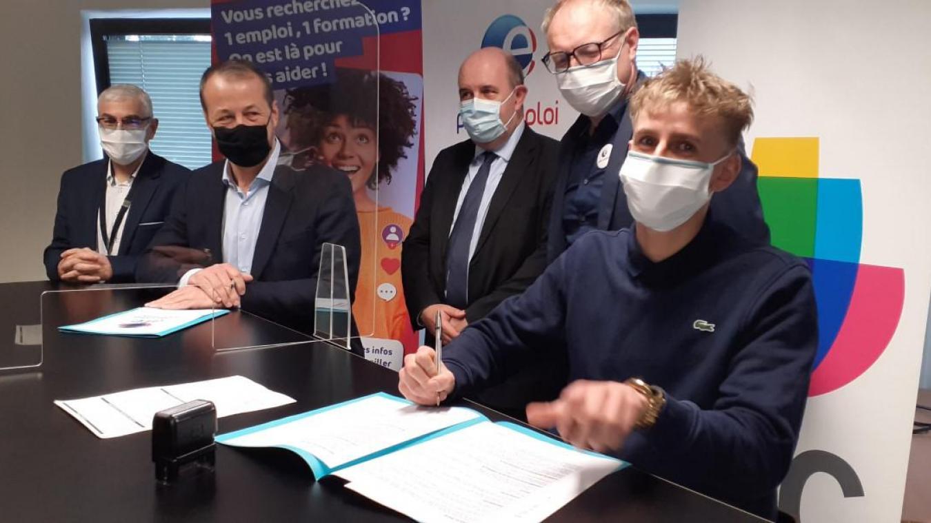 Après avoir passé une série de test et un entretien d'embauche, les nouvelles recrues signent un CDI. Julien Guelque a symboliquement signé le sien mardi 16 mars.