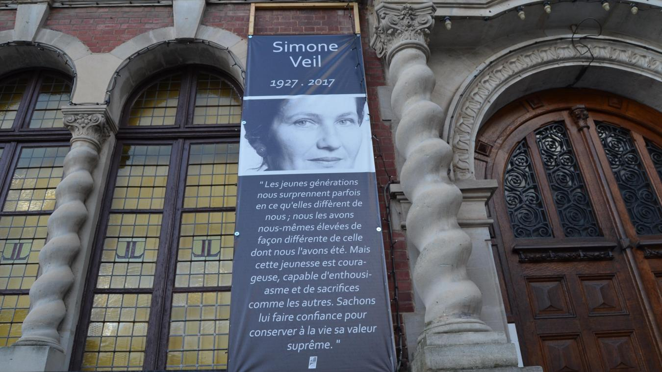 La banderole de Simone Veil est posée sur l'Hôtel de Ville.