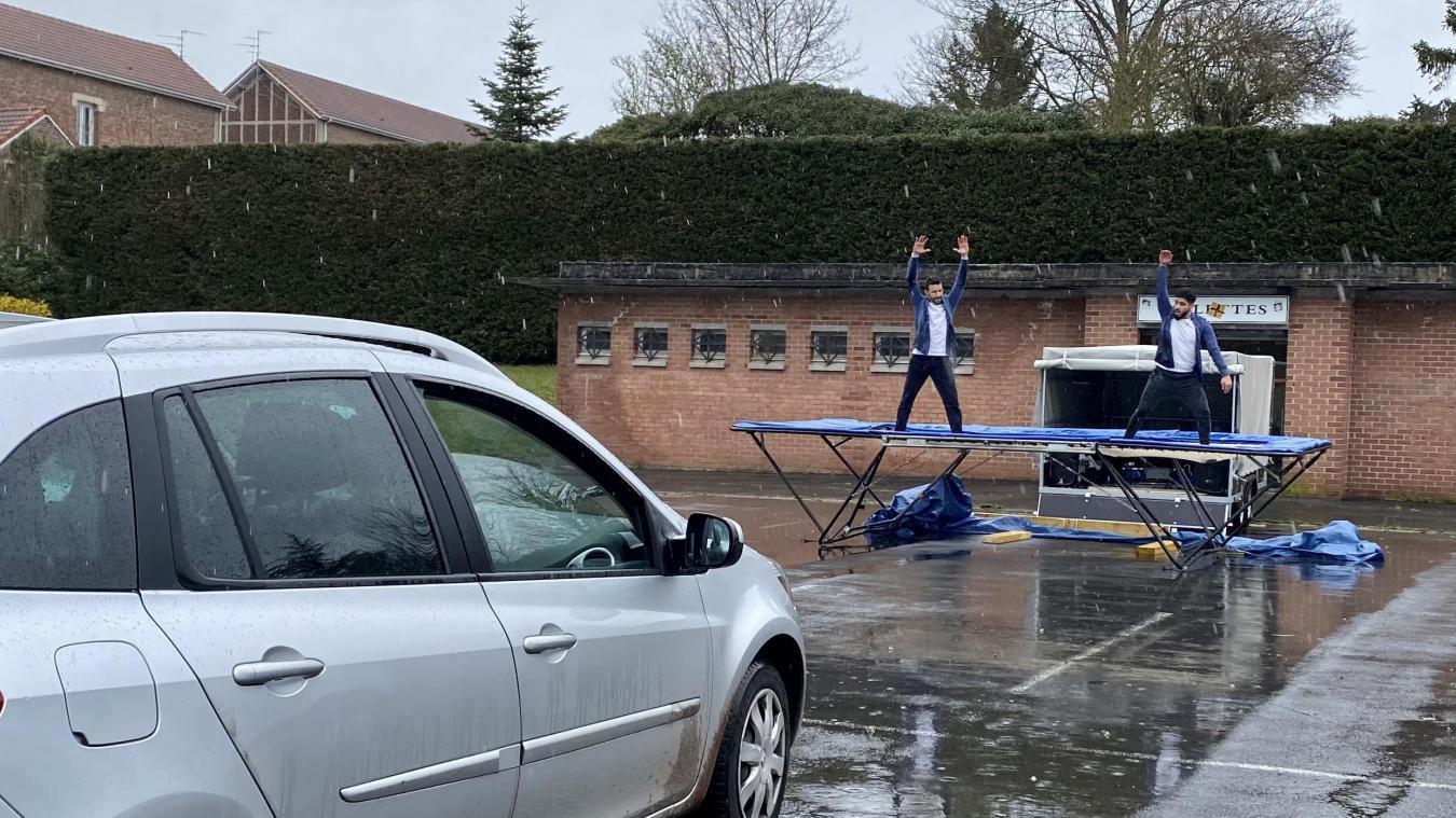 Tout le monde est resté bien au chaud dans la voiture pendant que les artistes bravaient la pluie pour assurer le spectacle.