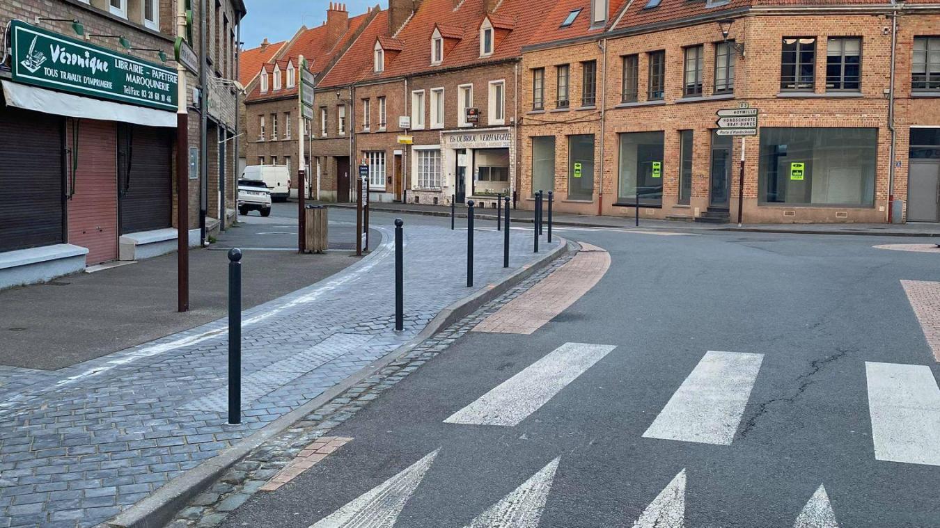 Plusieurs poteaux ont été installés devant les commerce, au niveau du rond-point à l'angle des rues Nationale et Anglaise.