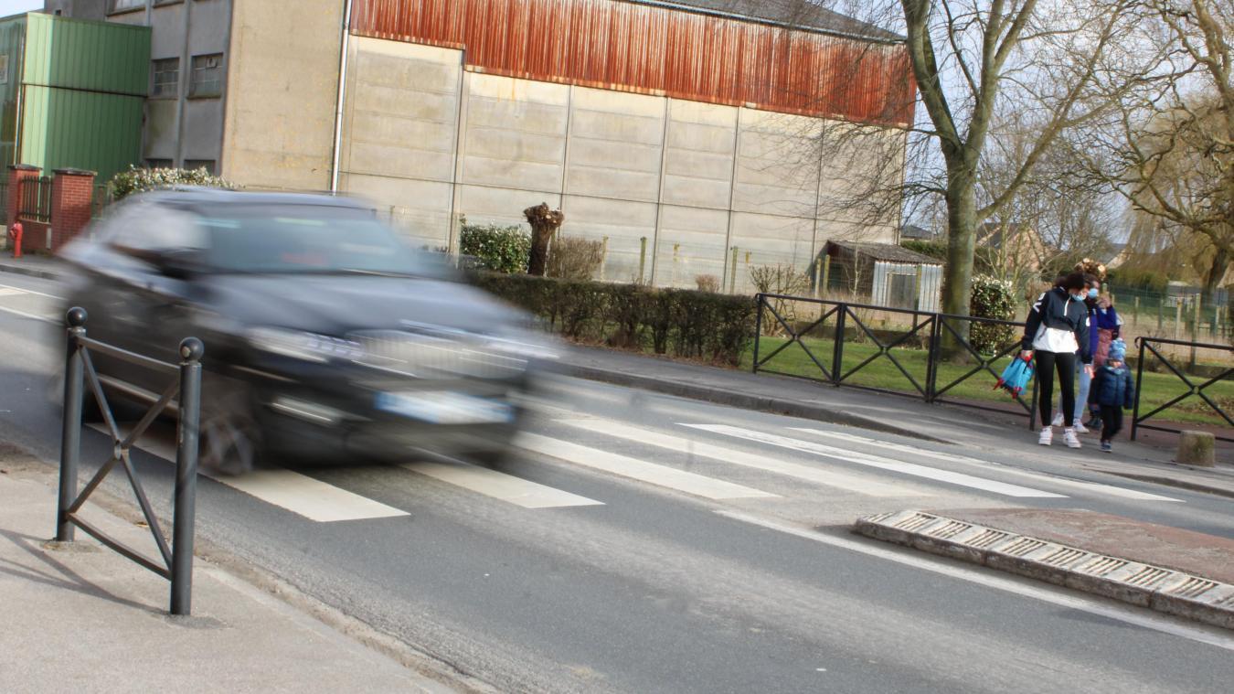 Les véhicules ont tendance à ne pas laisser passer les piétons dans cette rue de Wormhout.