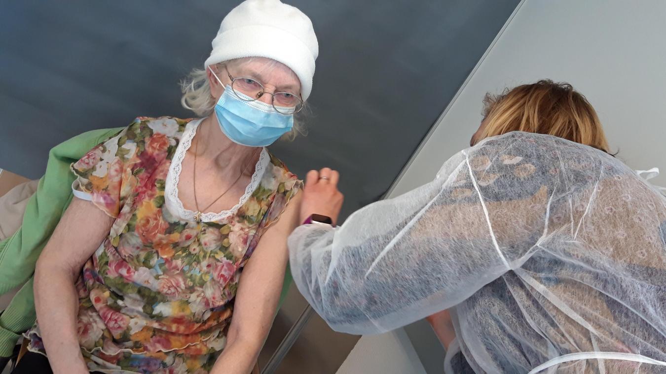 Un flacon du vaccin d'AstraZeneca permet entre 11 et 12 injections.