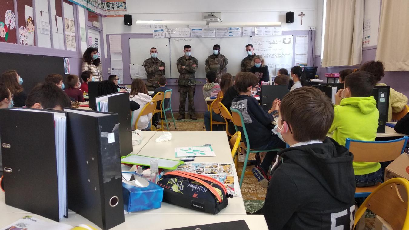 Des sentinelles sur les bancs de l'école Saint-Pierre à Calais