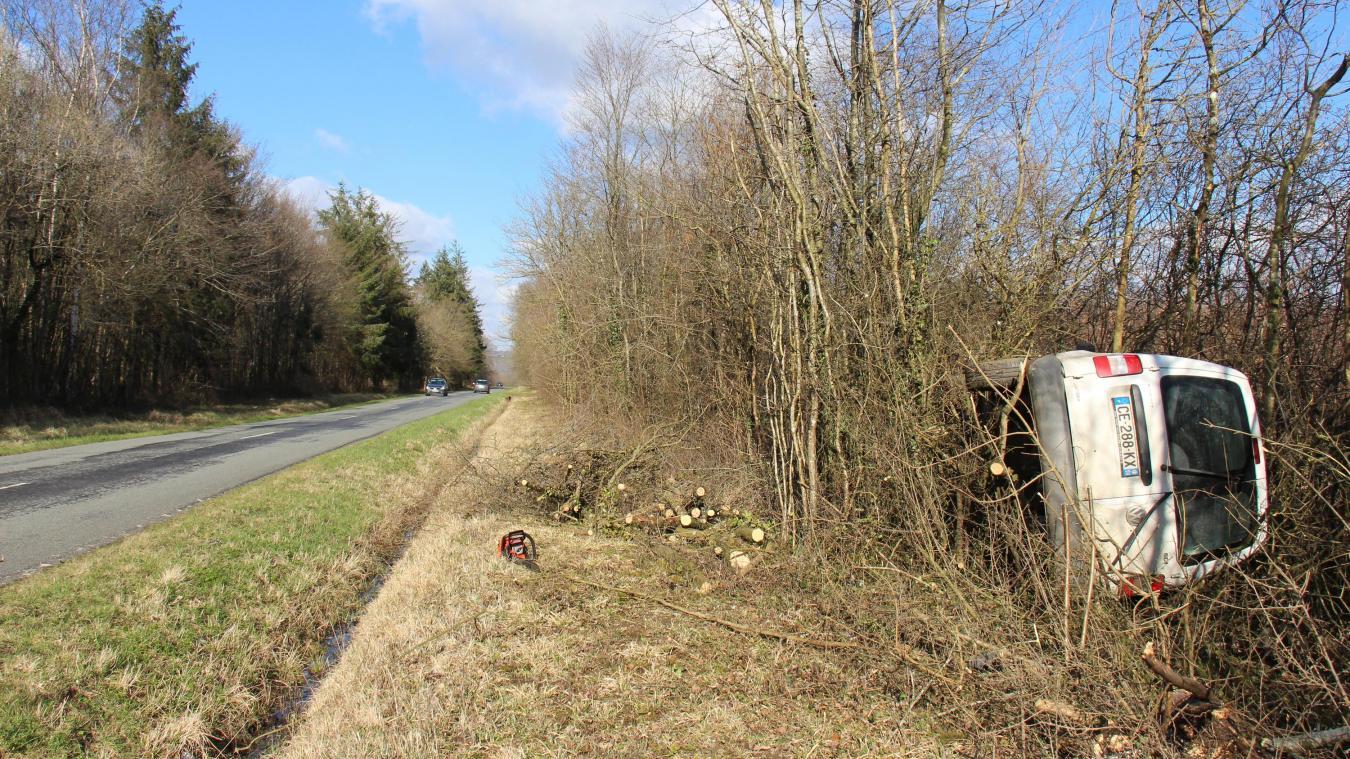 Bournonville: impressionnante sortie de route dans la forêt domaniale: la conductrice est indemne