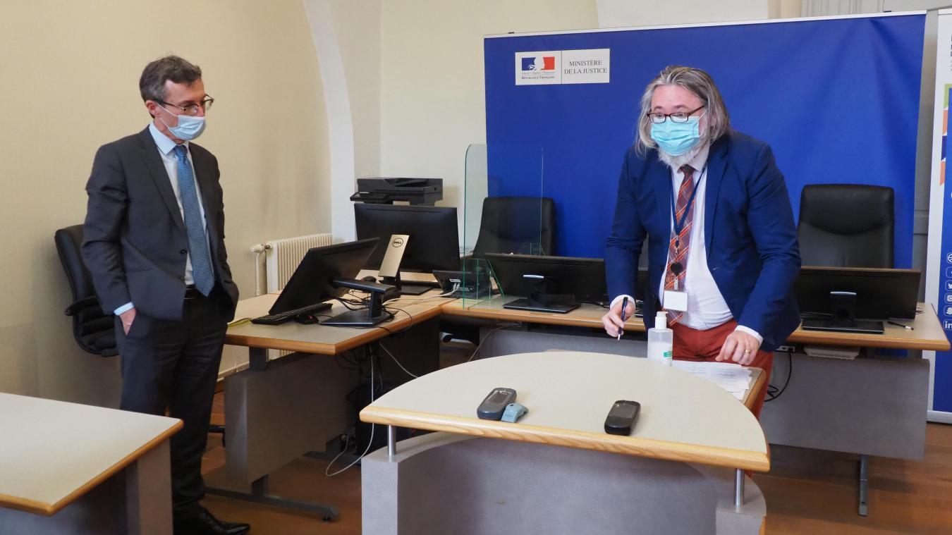 Le président du tribunal de Saint-Omer, Sylvain Maheo, en train de signer le protocole, avec le procureur Patrick Leleu à gauche.