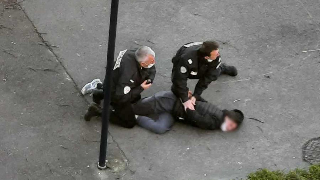 Les policiers du commissariat de Dunkerque ont dû plaquer l'homme au sol pour lui passer les menottes.