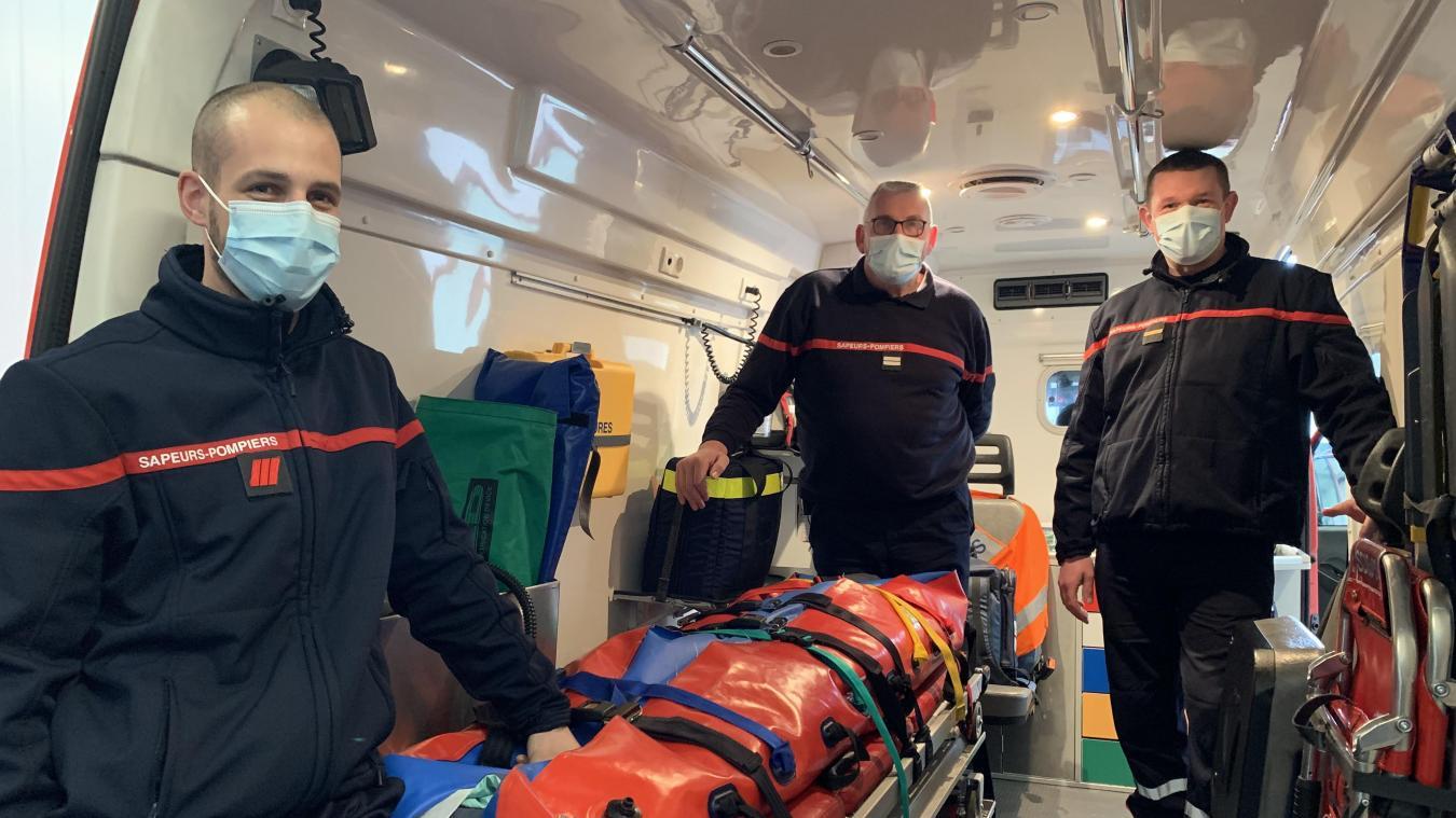 Etienne Persyn, Jean-Pierre Delbecq et Sylvain Blondaël, pompiers au centre de Renescure, ont enfilé le rôle de sage-femme mercredi 17 mars.