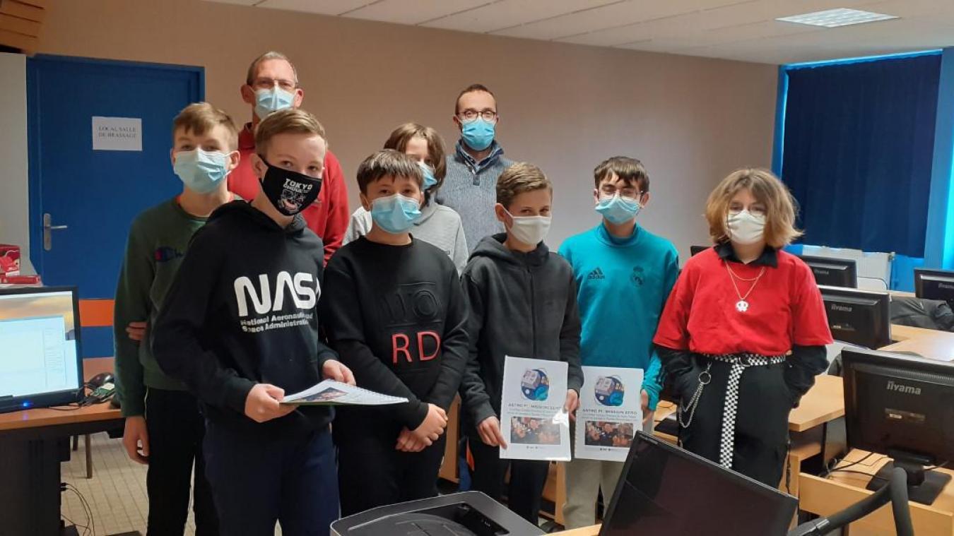 Plusieurs groupes d'élèves volontaires participent à cet atelier scientifique.