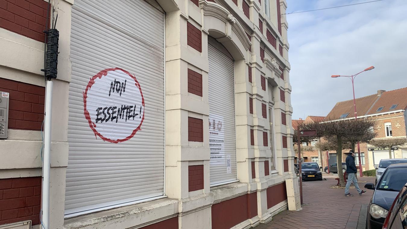 Le sticker, visible rue de la gare à Hazebrouck, a été posé lundi 22 mars.
