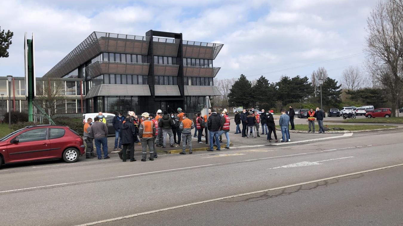 Ils étaient une quarantaine, ce mardi après-midi, à se rassembler à l'entrée du site à Grande-Synthe et à l'appel de la CGT.