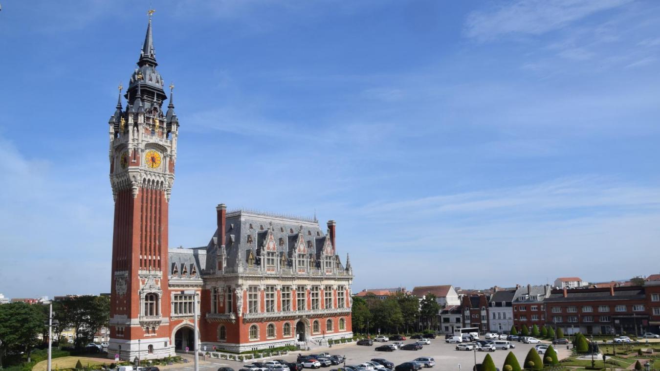 L'Hôtel de Ville de Calais et son beffroi se voient attribuer deux étoiles par le guide vert.