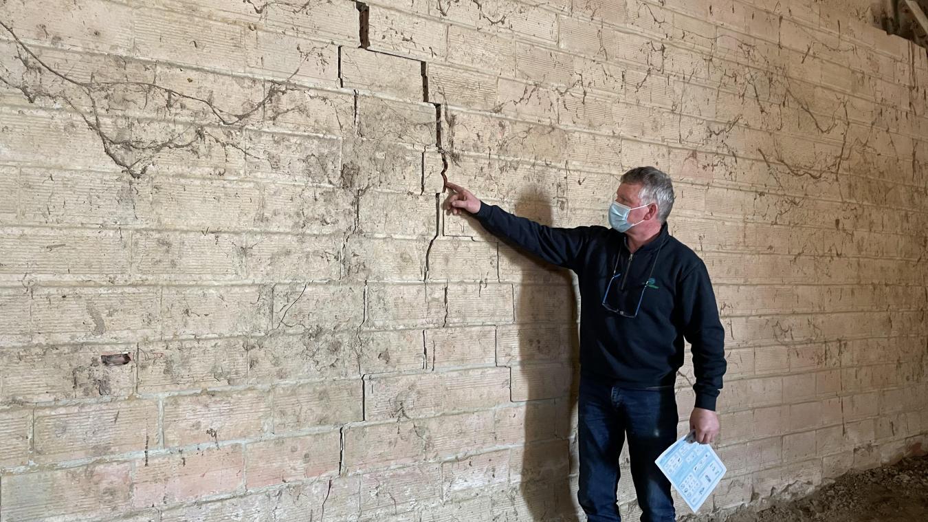Une énorme fissure a endommagé l'ancien bâtiment agricole du Bollezeelois. Le mur menace également de s'effondrer.