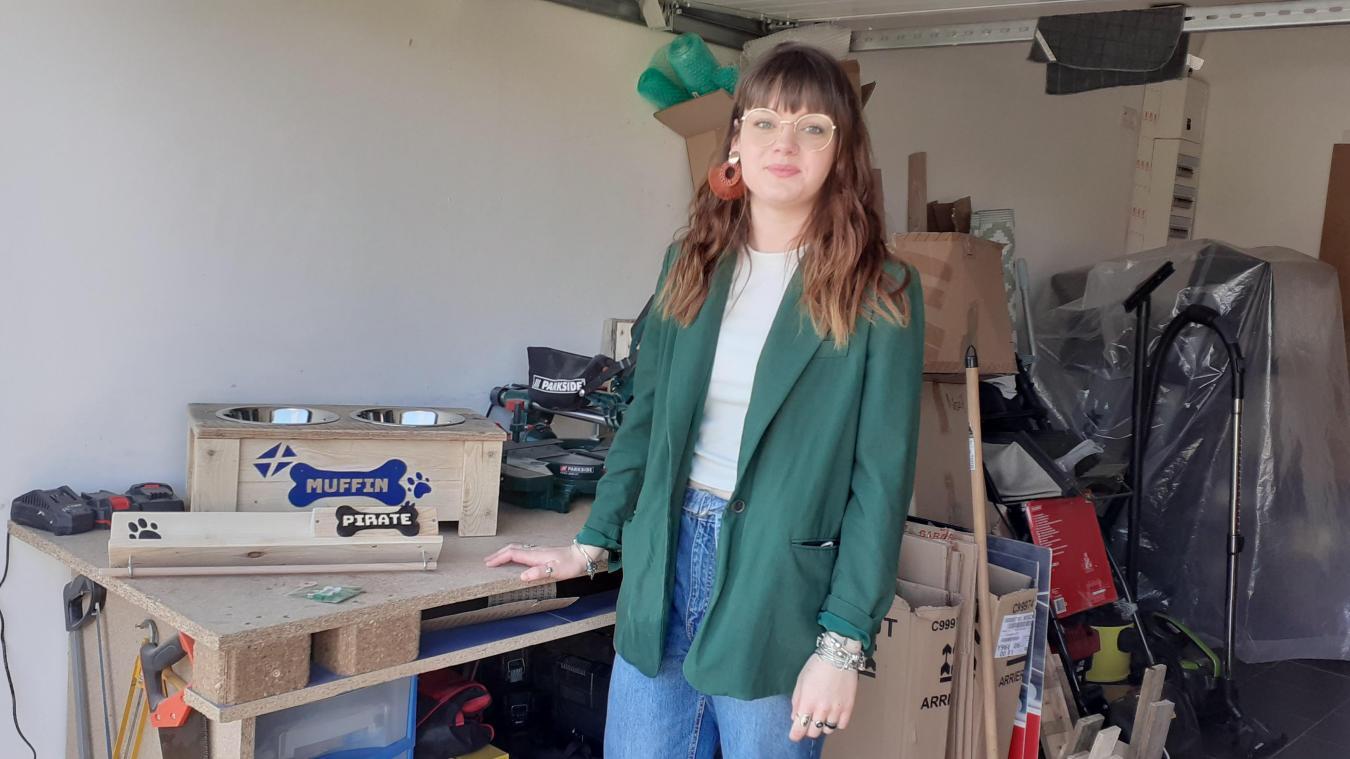 Amandine Pedziwiatr fabrique tous ses accessoires dans son garage, à Guarbecque.