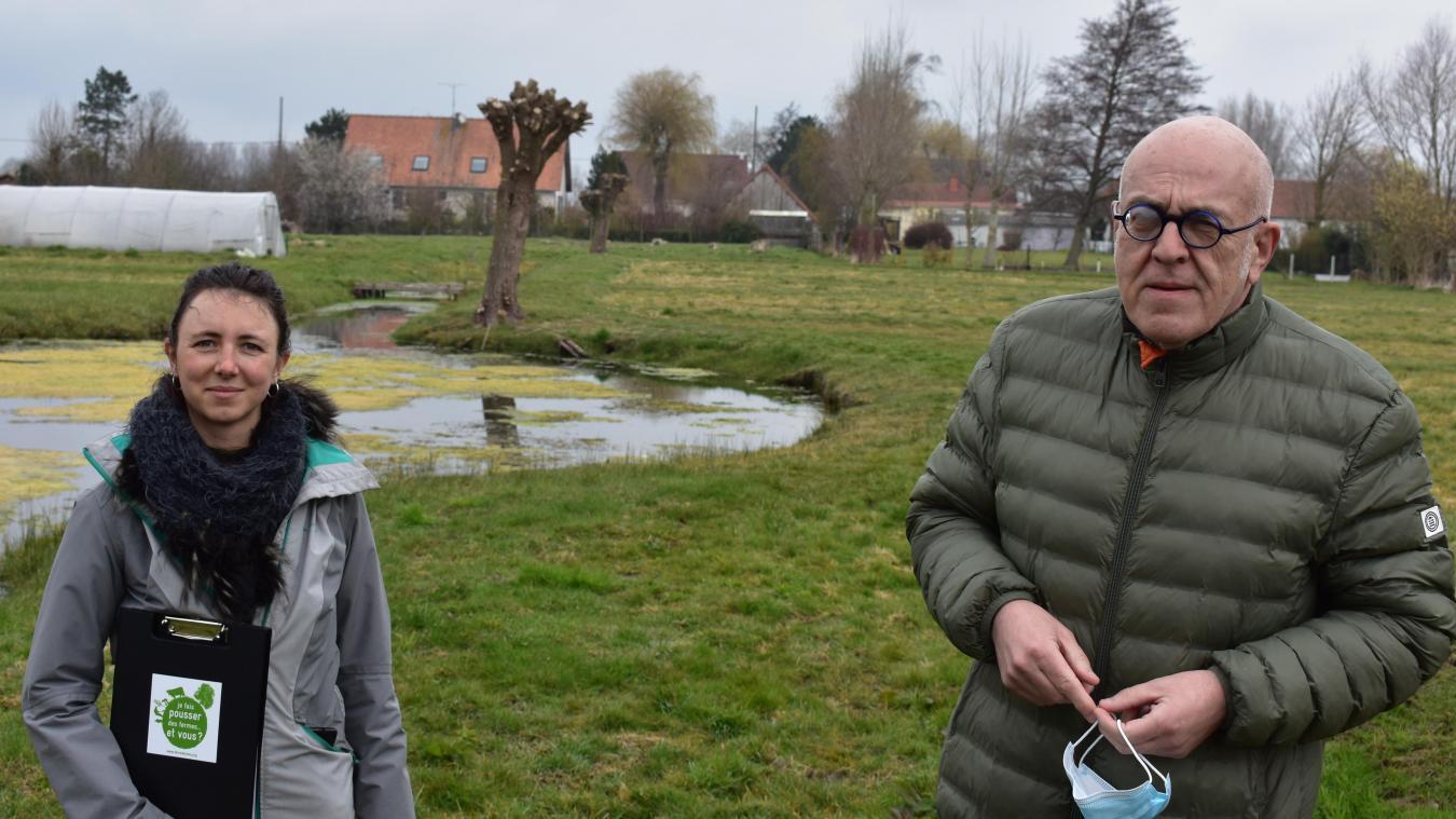 Josepha Allain, de Terres de Liens, et le maire Éric Buy, sont à la recherche d'un candidat pour relancer une activité maraîchère au Marais de Guînes.