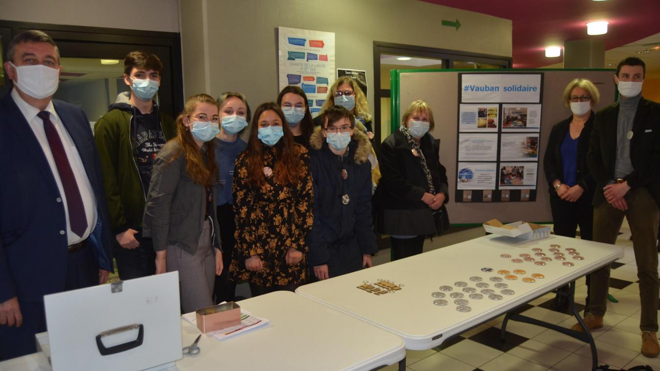 Ces élèves du Lycée Vauban d'Aire-sur-la-Lys, ici avec proviseur et encadrants, effectuent une vente au profit de l'association caritative airoise L'Adep, au sein de l'établissement.