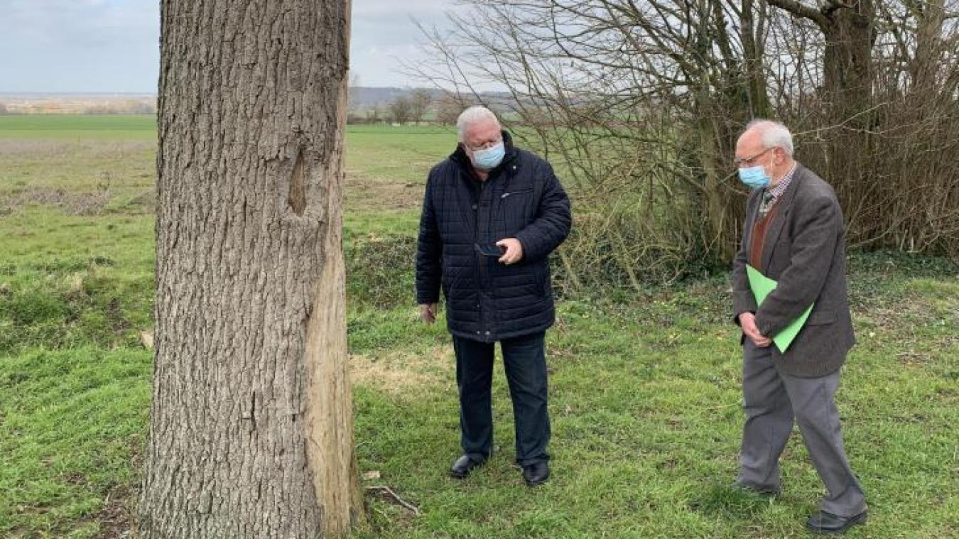 Jean-Pierre Decool (à gauche) a, visiblement, des connaissances en architecture locale.