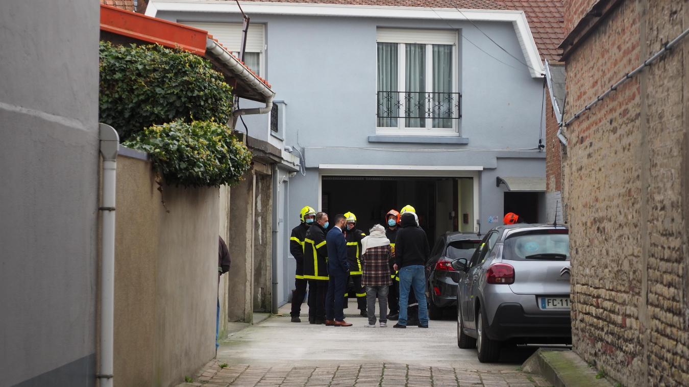 L'intervention des pompiers a duré environ 4 heures. A droite, les pompiers sur le terrain du technicentre SNCF retirant la terre polluée pour éviter d'autres infiltrations.