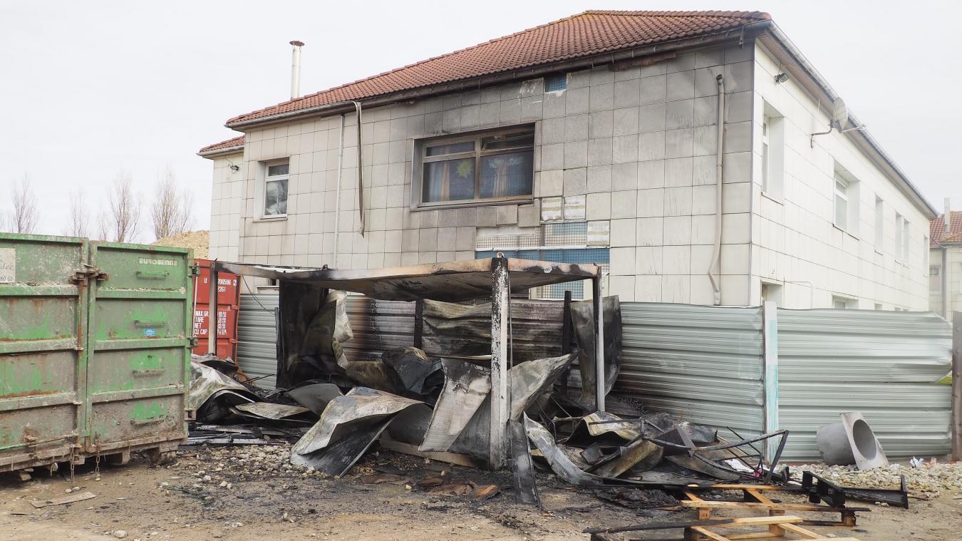 Deux fourgons de la caserne de Calais ont été mobilisés vers 15 h 40 pour éteindre l'incendie.