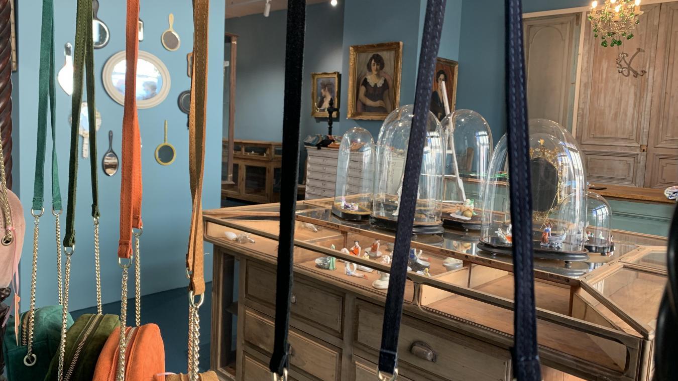 Bijoux fantaisies et accessoires viennent trouver leur place dans la boutique atypique et rétro.
