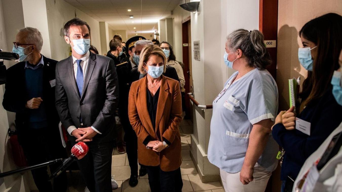 Attaquée sur le manque initial de doses dans le Pas-de-Calais, la ministre Brigitte Bourguignon répond à ses adversaires sur la législative partielle.