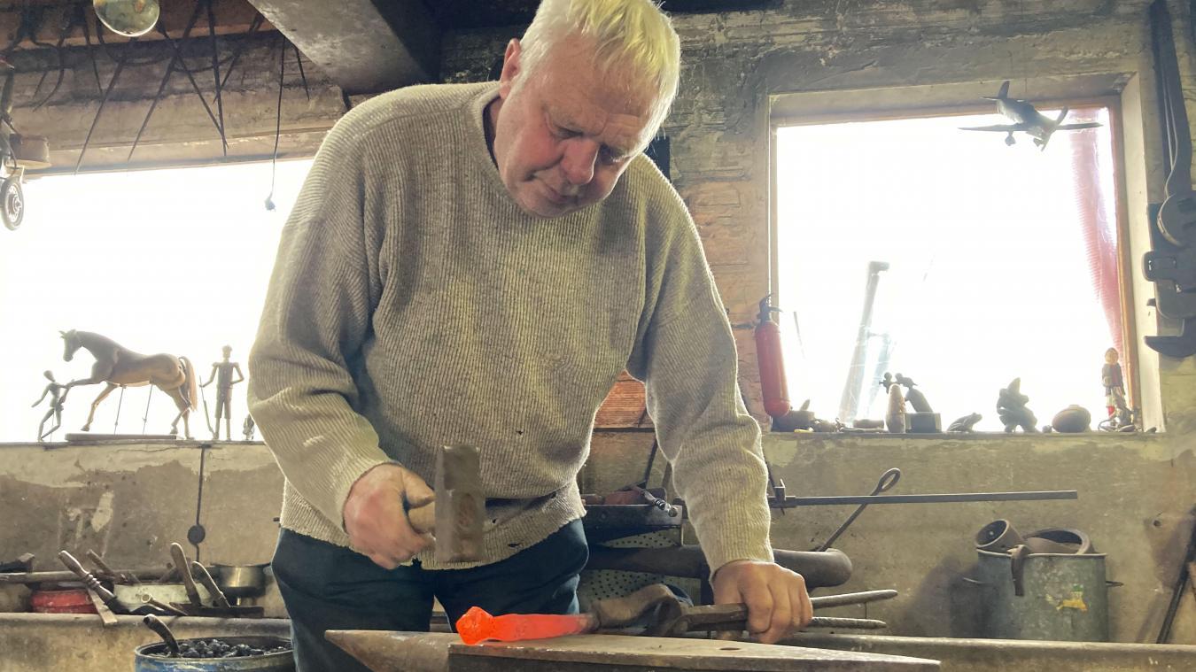 Travailler le fer pour le transformer en objet d'art est devenu le quotidien de Marc Tiret.