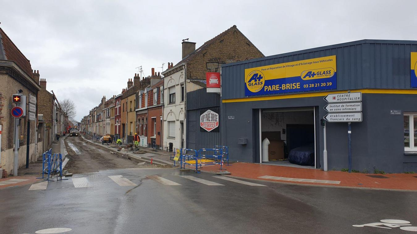 Après les travaux sur le quai-aux-Fleurs, devant le garage Hop pare-brise & carrosserie, les travaux s'étendent sur la rue du Pont-neuf.