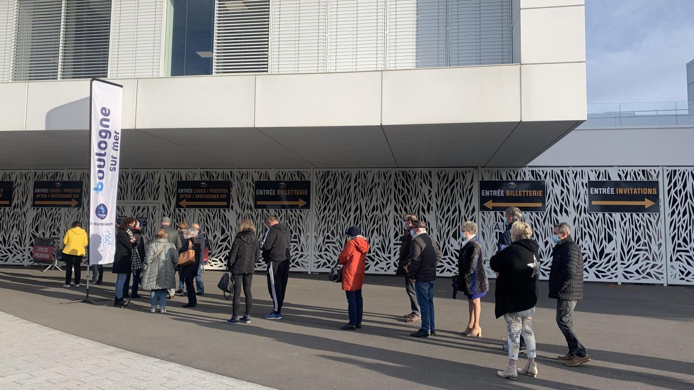 Après une fermeture exceptionnelle le lundi de Pâques, le méga centre centre a de nouveau ouvert ses portes. 300 volontaires étaient inscrits pour recevoir une première dose de Pfizer.