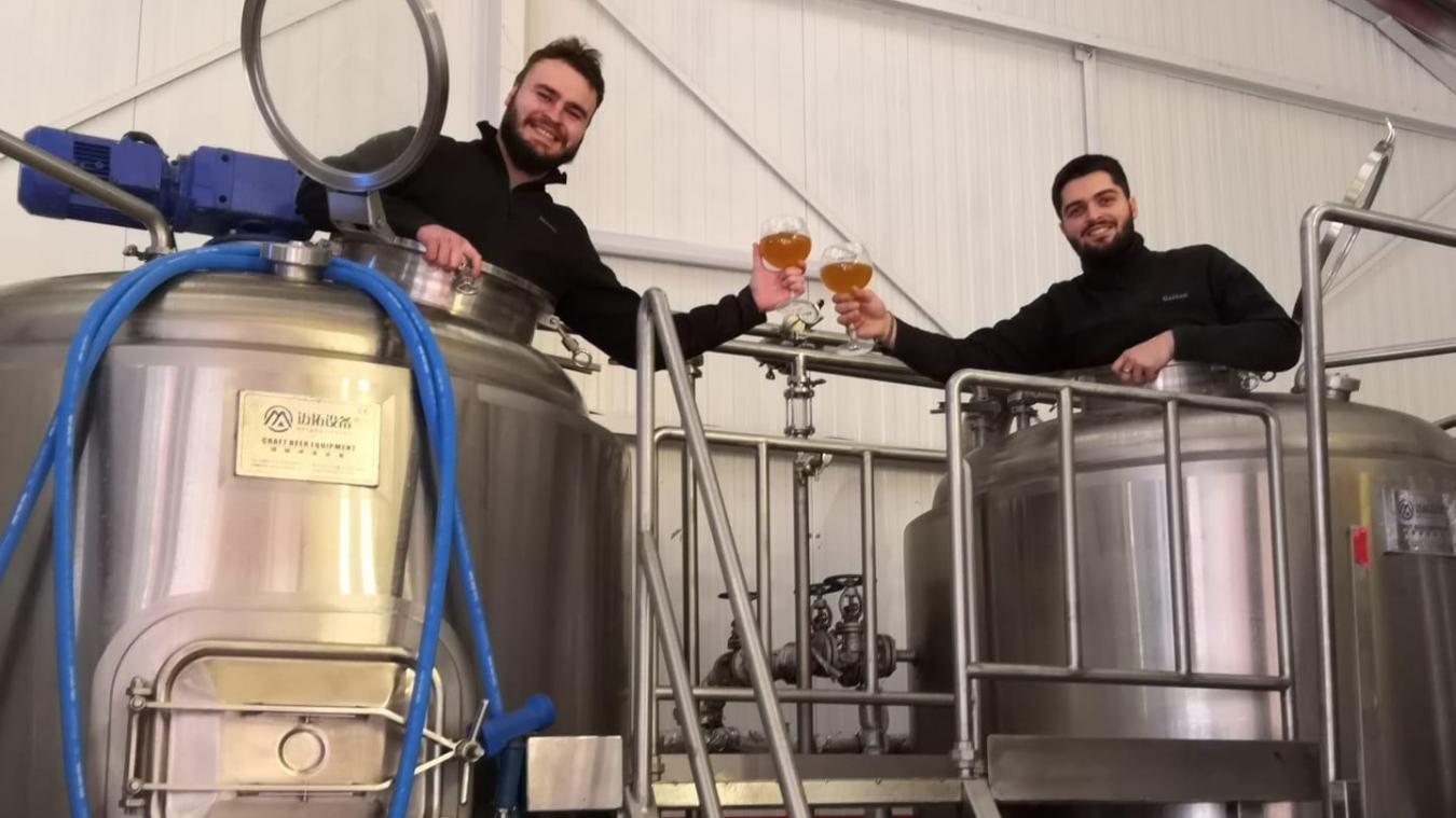 À Tétéghem, Gaëtan Lys et Emmanuel Hans, gérants de la brasserie des Enfants de Jean Bart, proposent un service de livraison de bières à domicile pendant ce troisième confinement.