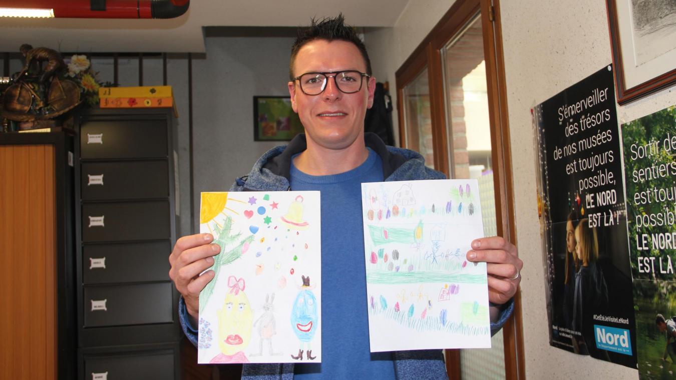 Le président Tristan Lescornez présente les dessins gagnants.