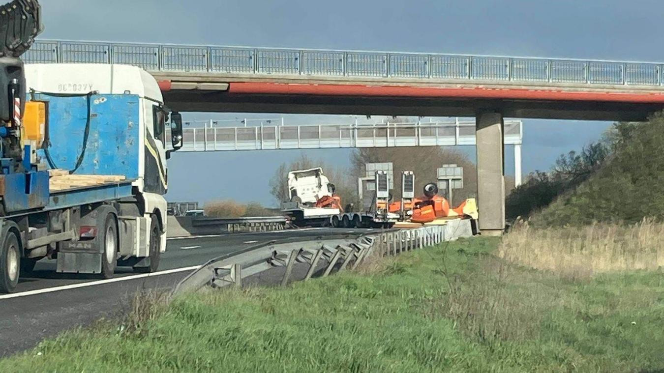 Le camion et son chargement bloquent actuellement l'A25.