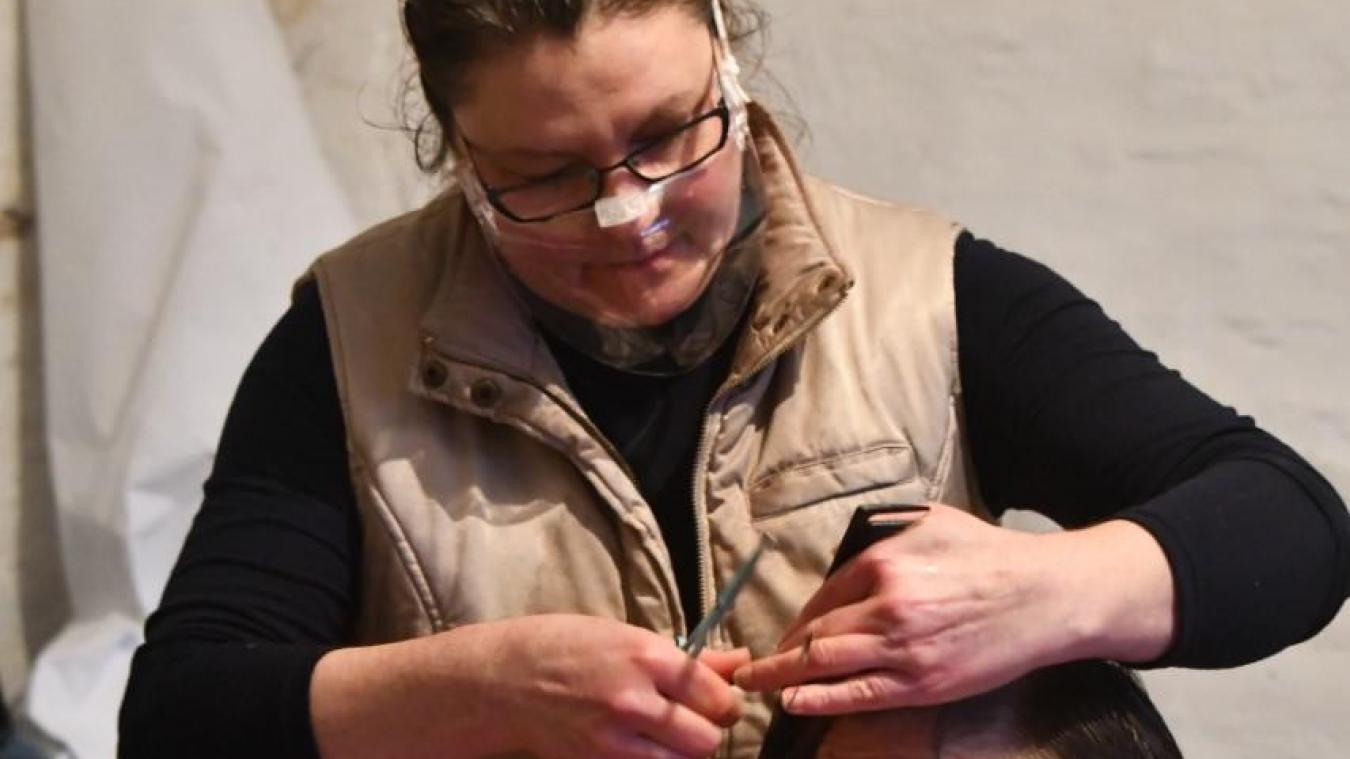 Christine a coiffé ses premiers bénéficiaires dans le garage du presbytère dans le centre-ville de Dunkerque.