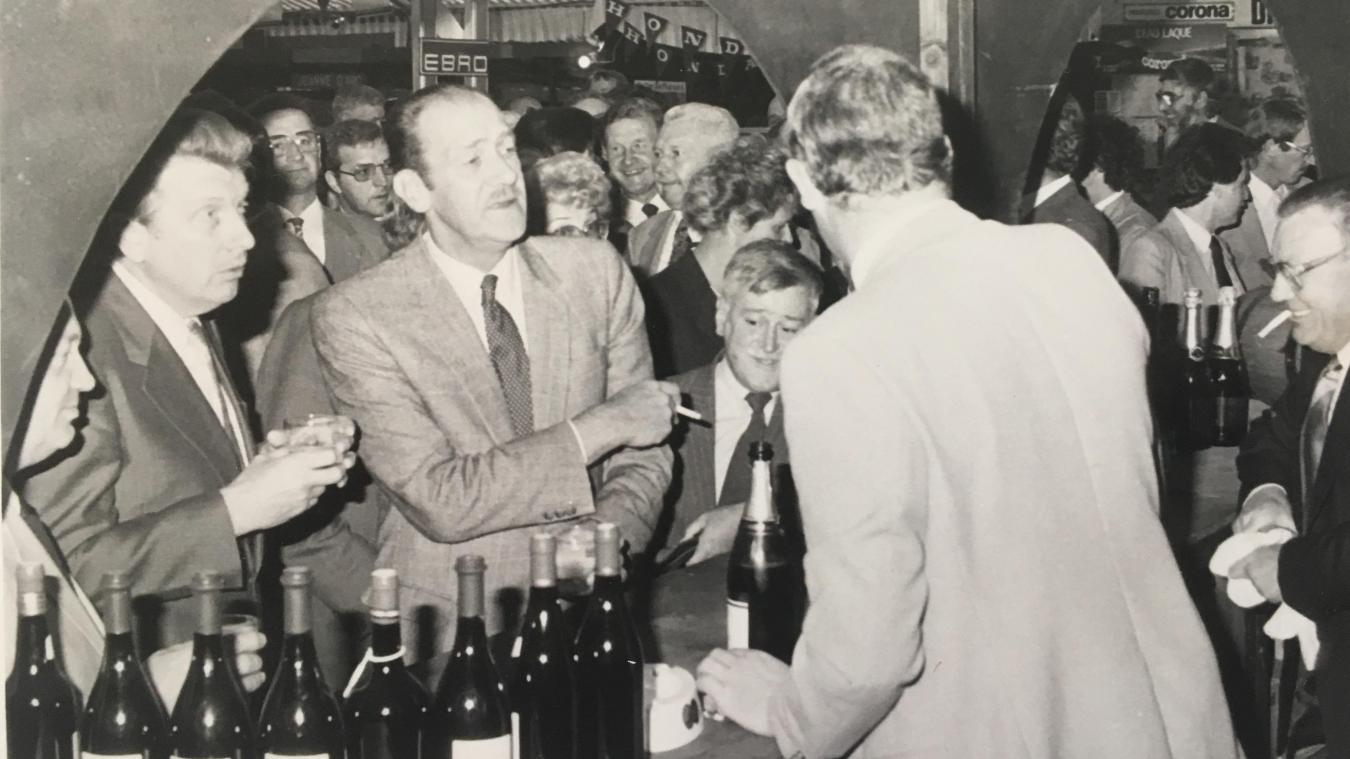 François Bécuwe, cigarette à la main, inaugure la Foire d'Aire avec Roland Huguet, maire d'Isbergues.