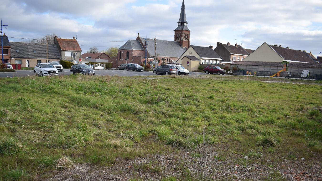 C'est sur ce terrain des Moëres, pour l'heure en friche, que devraient être construits les huit logements évoqués lors du dernier conseil municipal. À côté de l'école Félix-Boschat et du parking.