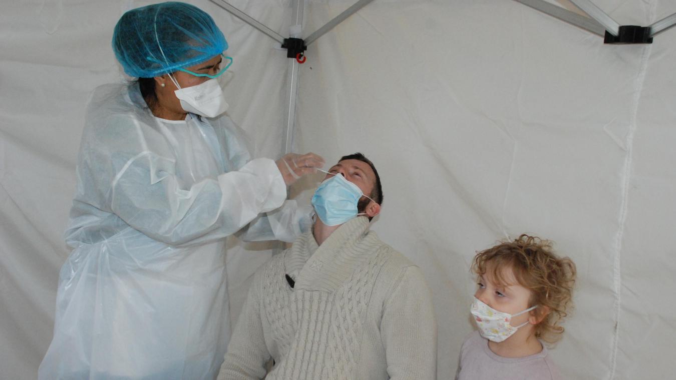 Le test se réalisait via un écouvillon dans le nez.